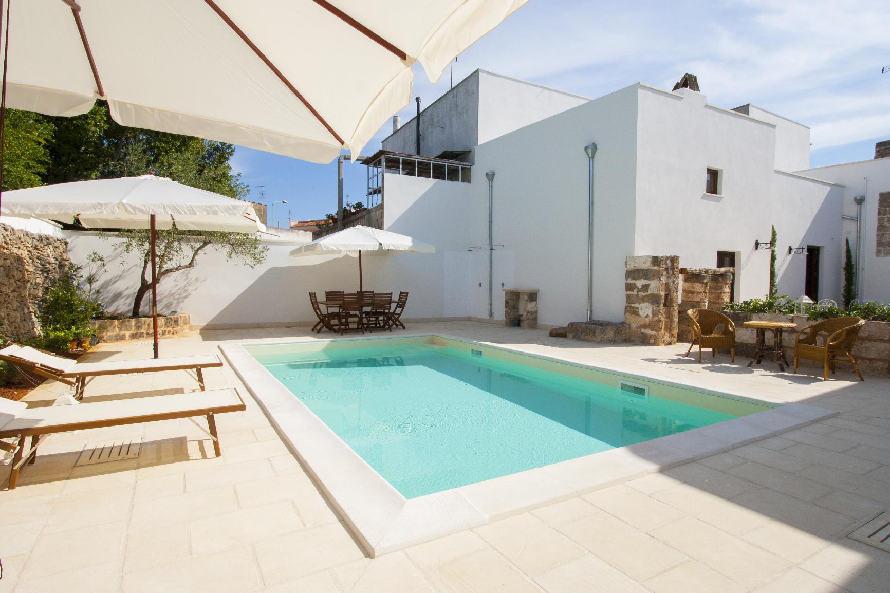 luxury-courtyard-mono